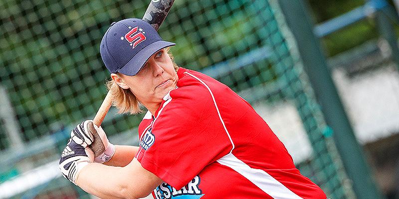 Karin Tuk aan slag tijdens de Homerun Derby van de All Star Game.